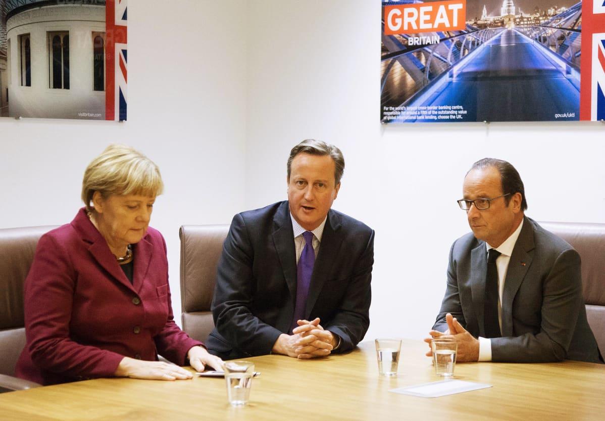 Saksan liittokansleri Angela Merkel, Iso-Britannian pääministeri ja RAnskan presidentti Francois Hollande osallstuivat EU:n johtajien kokoukseen, jossa käsiteltiin Turkin asemaa osana Euroopan maahanmuuttotilannetta.