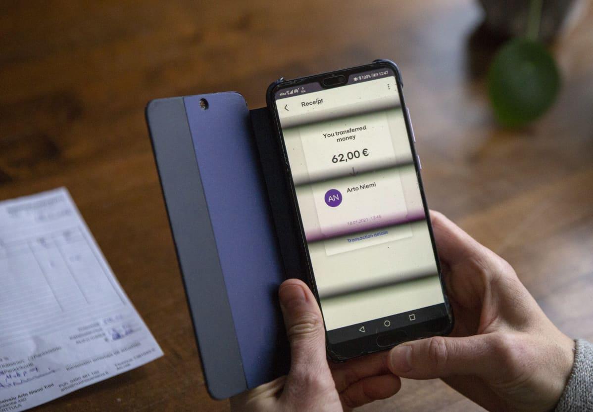 Nuohouslaskua maksetaan älypuhelimen mobiilimaksusovelluksella.