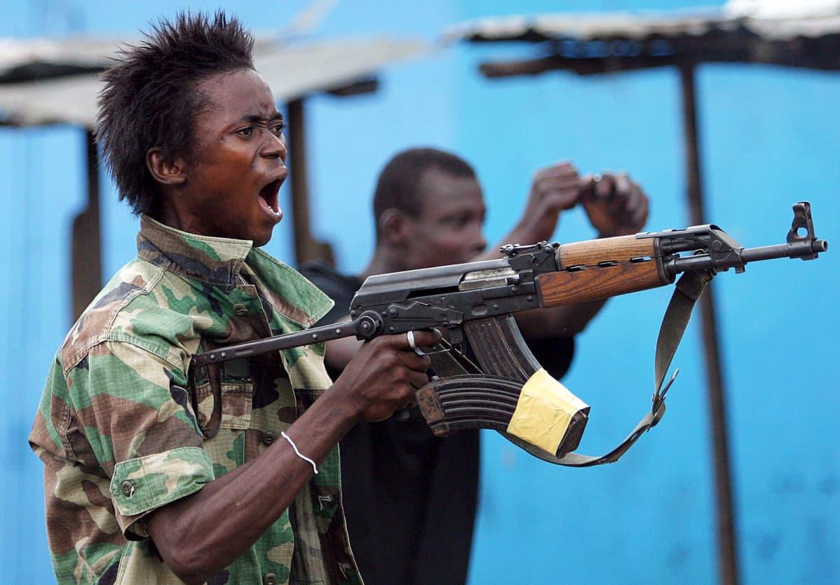 Charles Taylorin hallituksen sotilas Monroviassa Liberiassa.