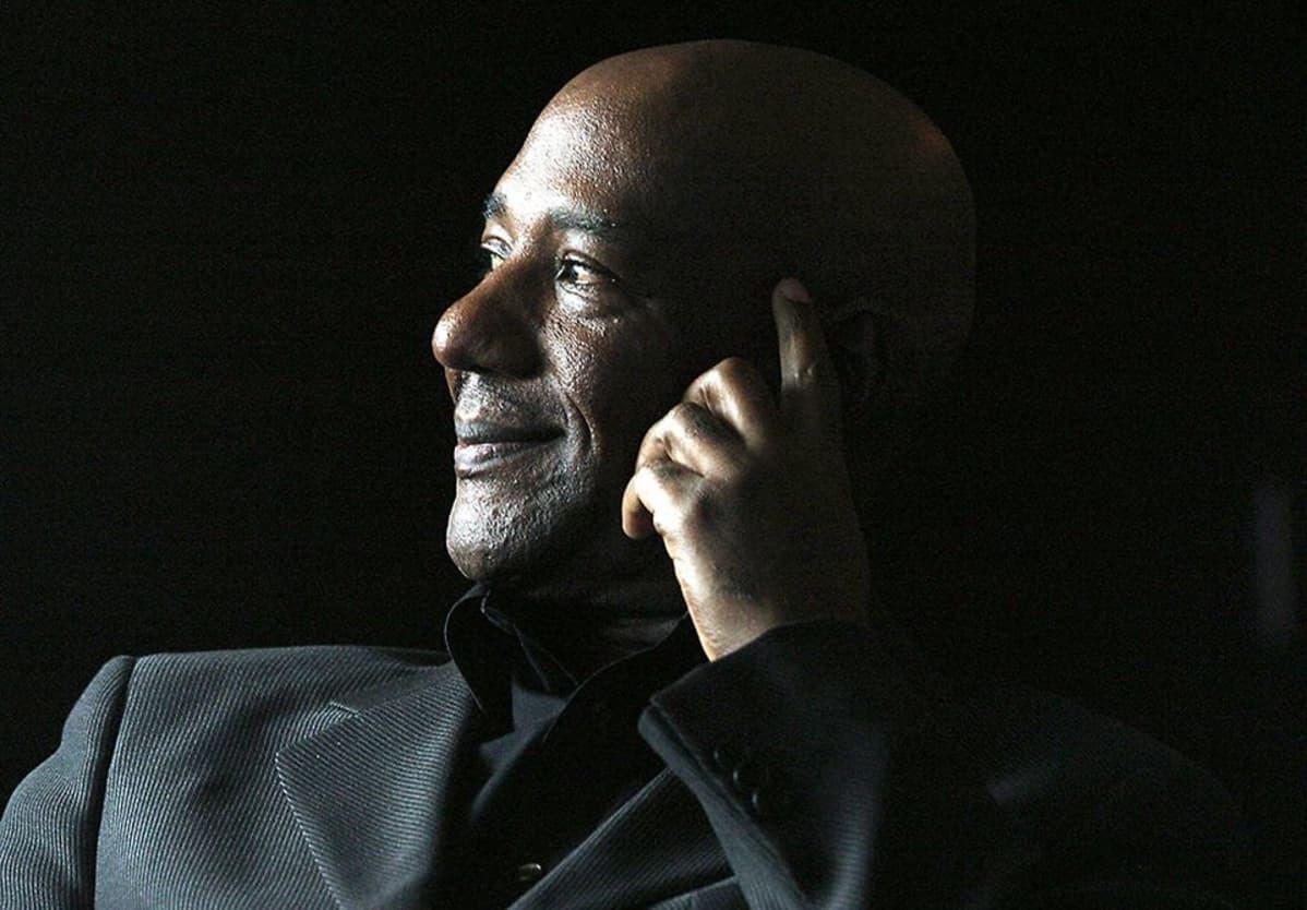 Errol Brown kuvattuna mustaa taustaa vasten.