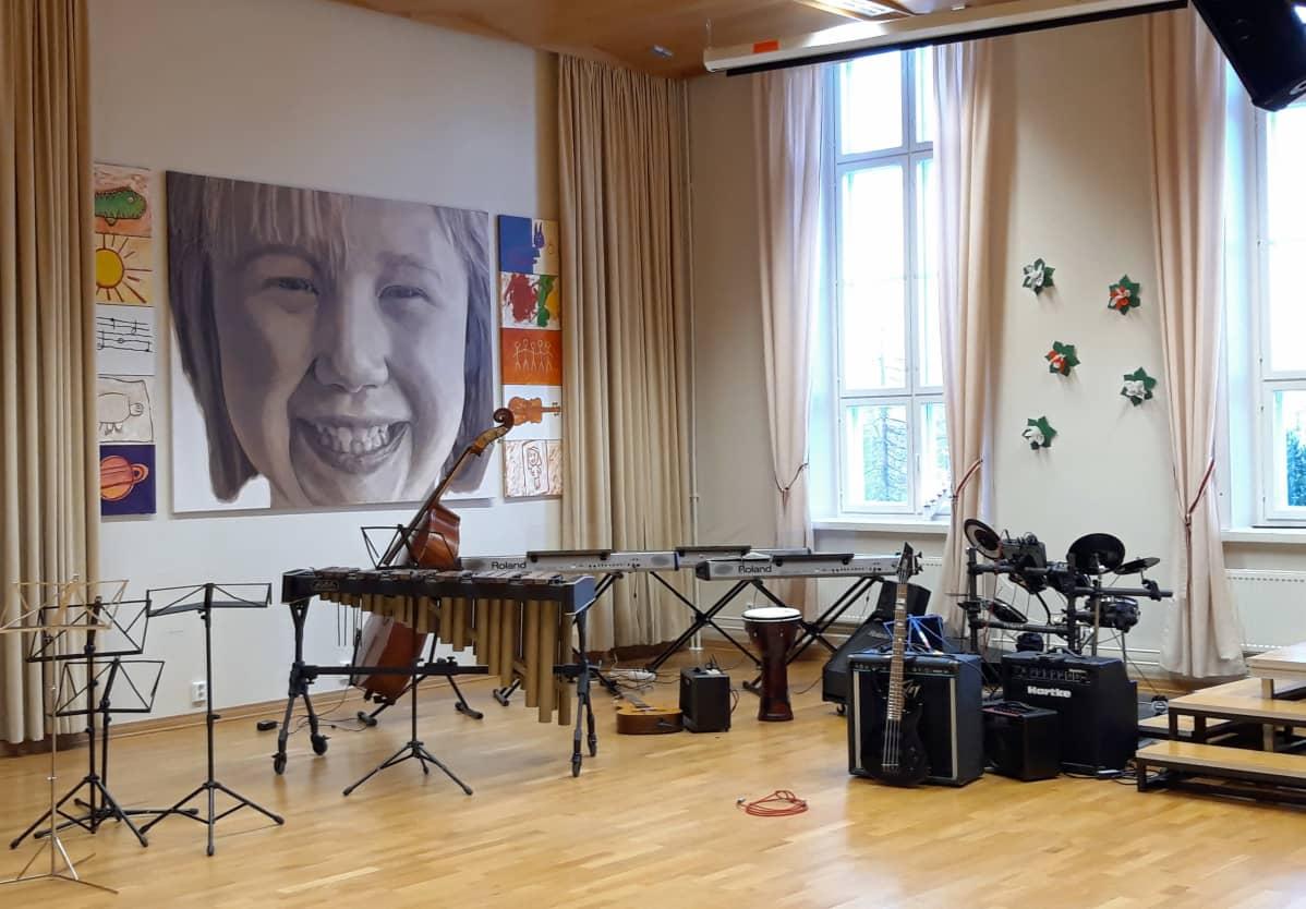 Mäntykankaan alakoulun musiikkisali Kokkolassa. Seinällä taulu ja lattialla erilaisia soittimia.