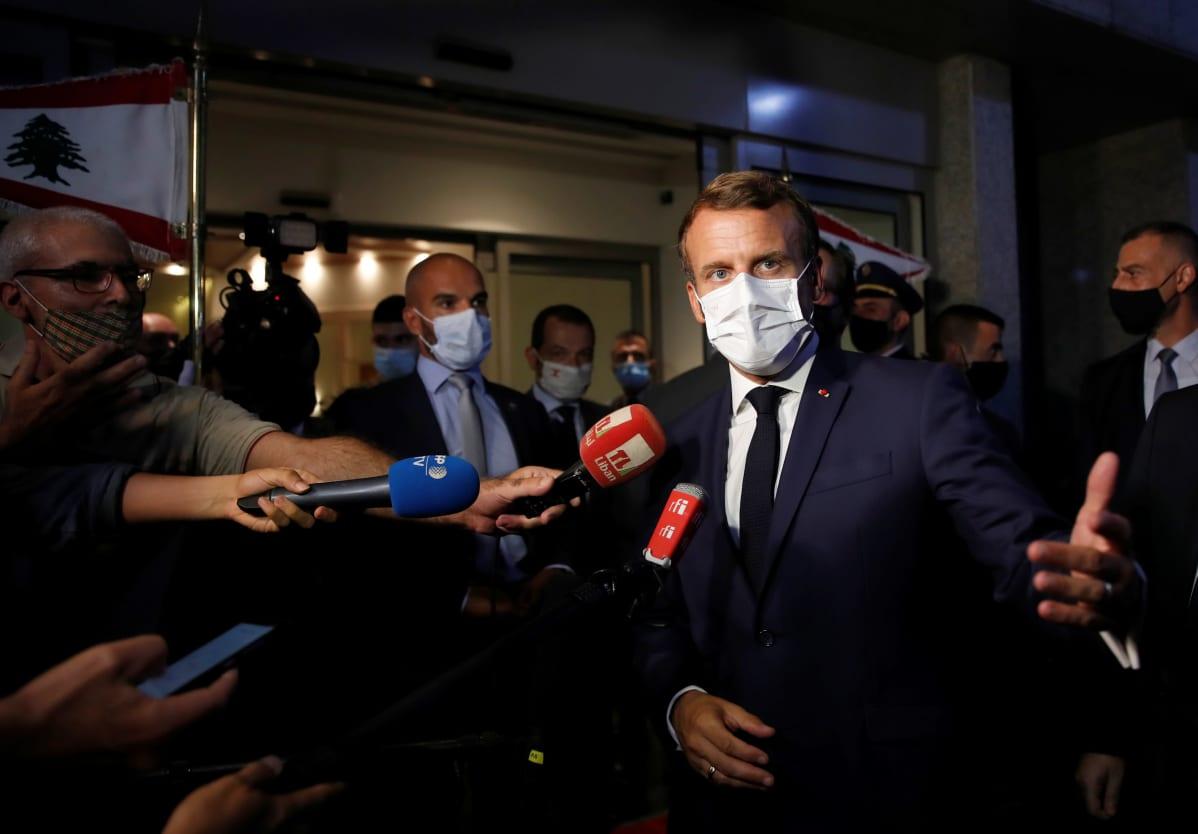 Emmanuel Macron puhuu medialle Libanonin lentokentällä.