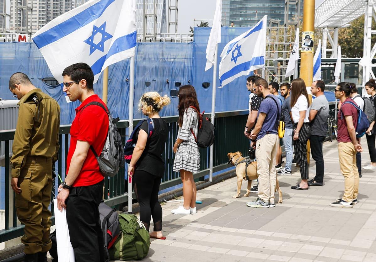 Ihmiset pysähtyivät kadulla kahden minuutin hiljaista hetkeä varten Tel Avivissa.