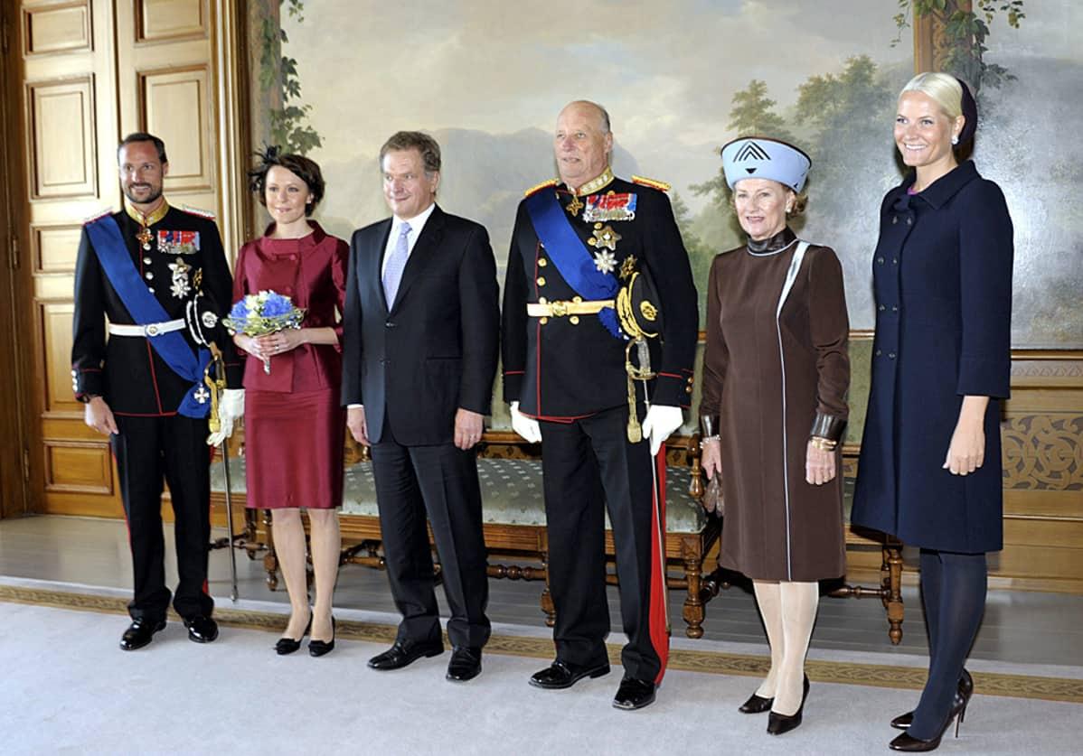 Kruununprinssi Haakon, tasavallan presidentti Sauli Niinistö, rouva Jenni Haukio, Norjan kuningas Harald V, kuningatar Sonja sekä  kruununprinsessa Mette-Marit .