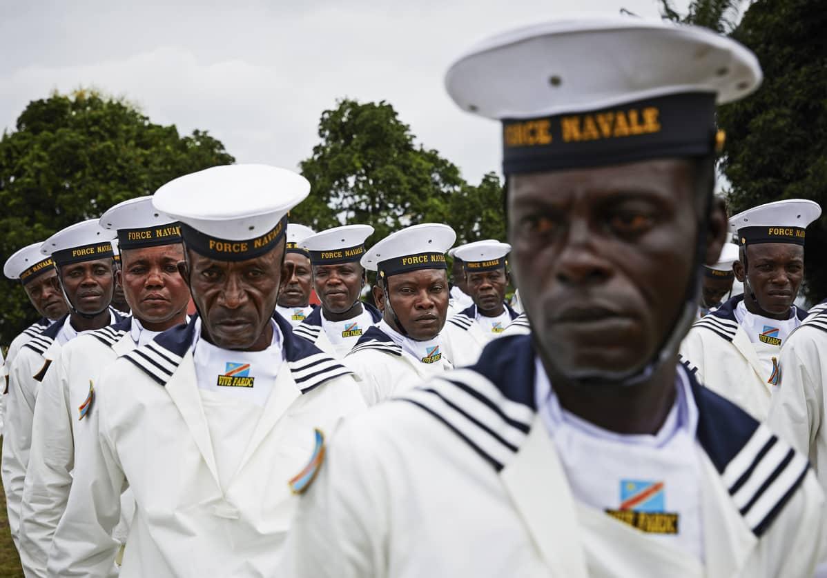 Laivastoupseereita rivissä.