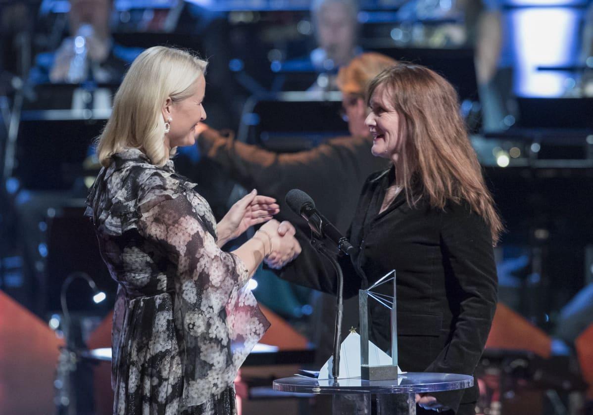 Norjan kruununprinsessa Mette-Marit luovuttaa Pohjoismaiden neuvoston kirjallisuuspalkinnon 2018 kirjailija Ava Olafsdottirille Oslon oopperatalossa.