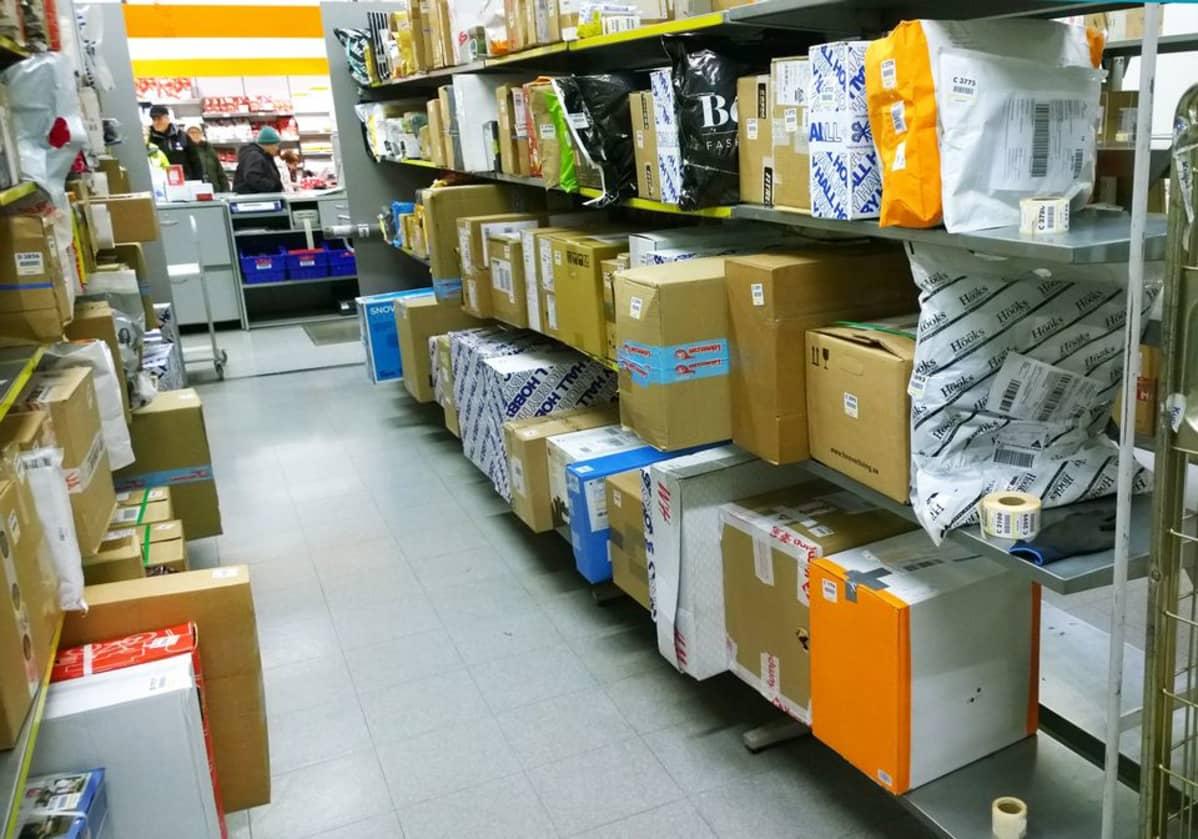 Rovaniemen pääpostin hyllyt täyttyvät nettikauppojejn paketeista. Lamajoulusta ei ole tietoa