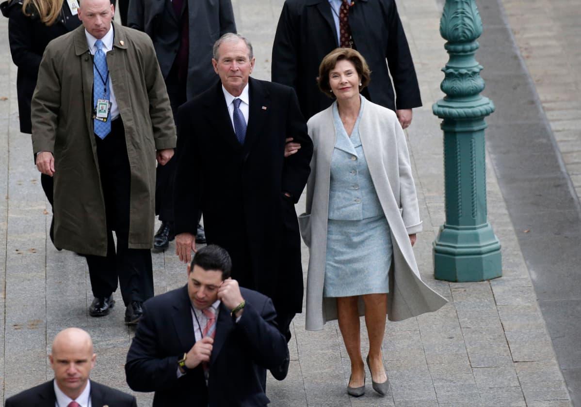 George W. ja Laura Bush kävelevät.