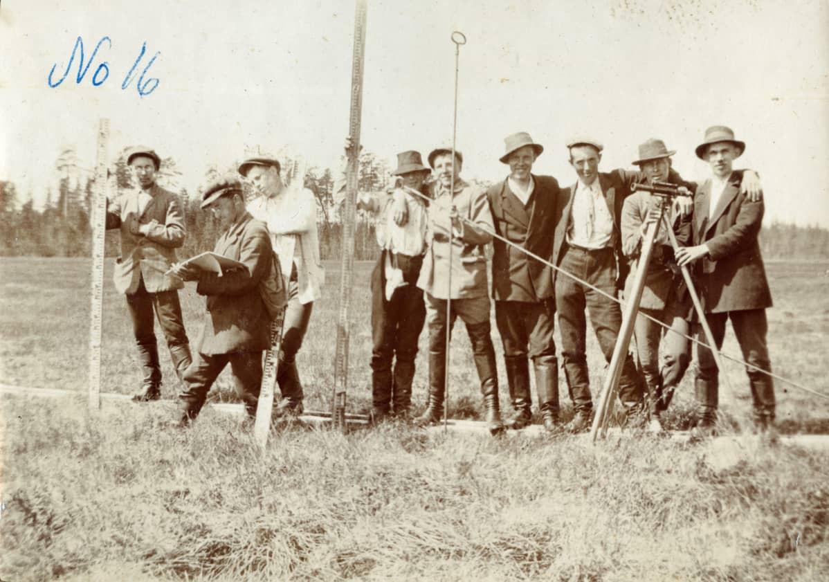 Metsäylioppilaita ryhmäkuvassa, Einari Merikallio 2. vasemmalta.