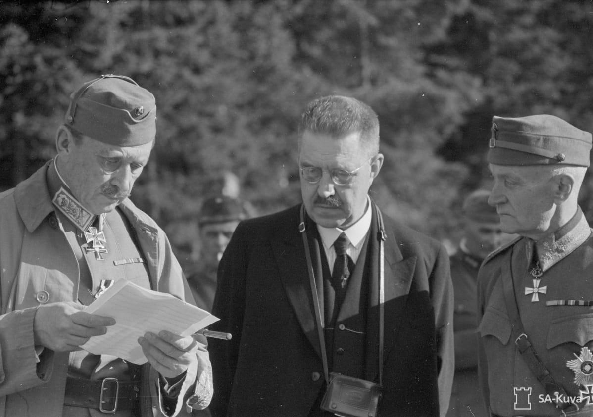 Marsalkka Mannerheim lukee ulkoministeri Rolf Wittingin tuomaa viestiä. Vierellä puolustusministeri, kenraalimajuri Rudolf Walden.