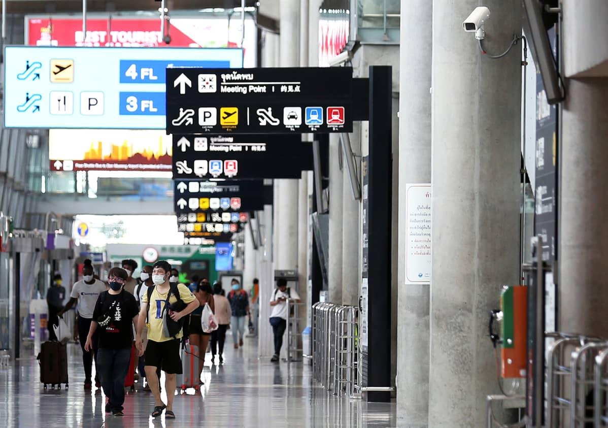 Matkustajia Suvarnabhumin lentoasemalla Bangkokissa.
