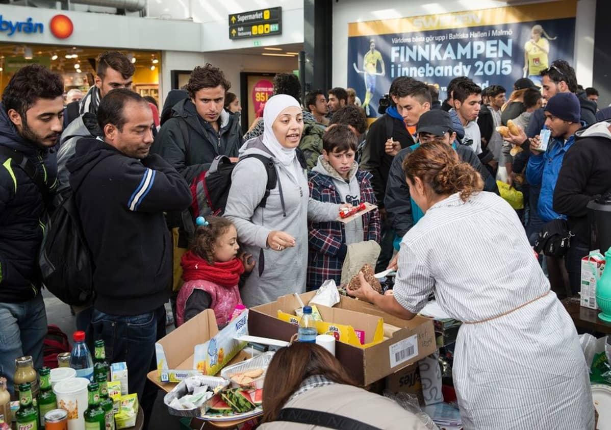 Pakolaisia Malmön rautatieasemalla syyskuun 10. päivänä.