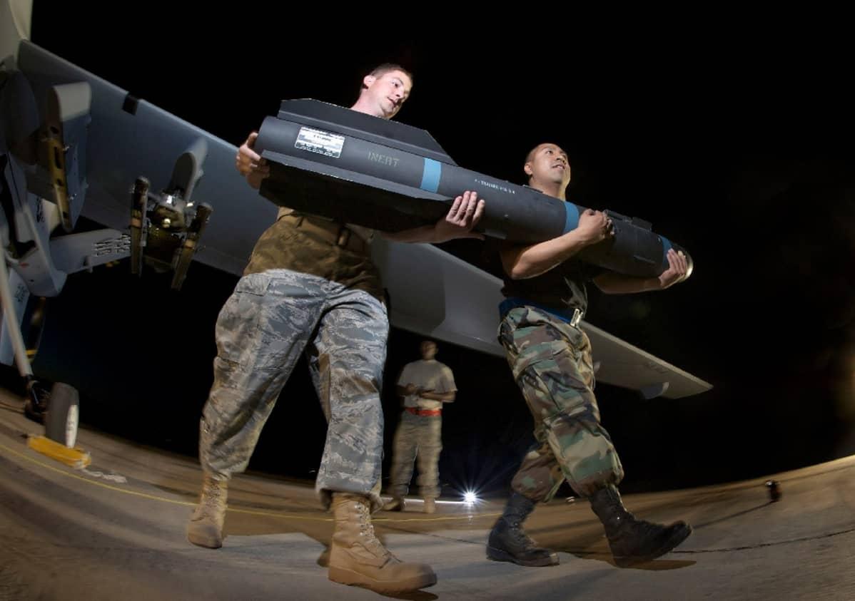 Yhdysvaltojen ilmavoimen sotilaat kantavat Hellfire-harjoitusohjusta sotilastukikohdassa Nevadassa.