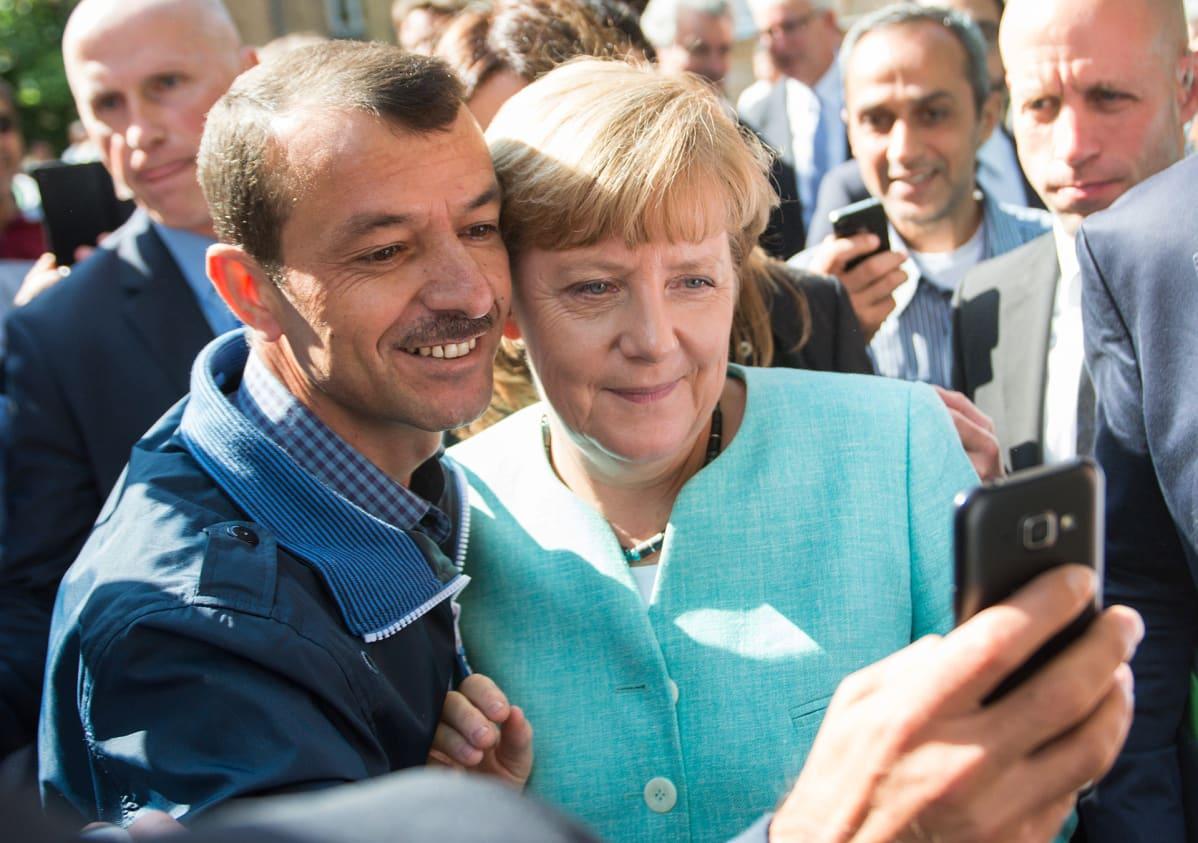 Angela Merkel poseerasi turvapaikanhakijan selfiessä pakolaiskeskuksessa Berliinissä 10. syyskuuta 2015.