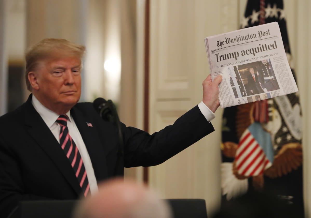 """Presidentti Trump esitteli Washington Postin otsikkoa """"Trump vapautettiin syytteistä"""" Valkoisen talon lehdistötilaisuudessa."""