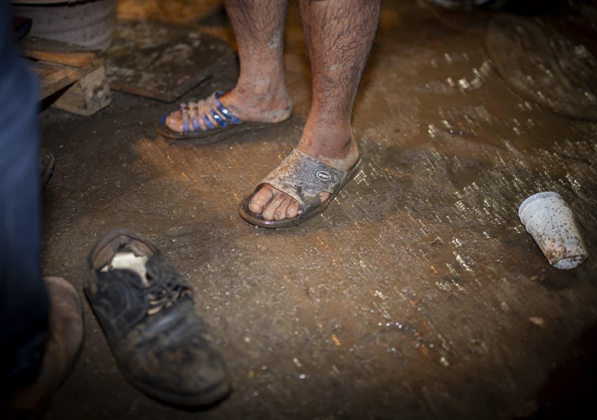 Pakolaisen jalat sandaaleissa pakkasessa, Vucikin leirillä