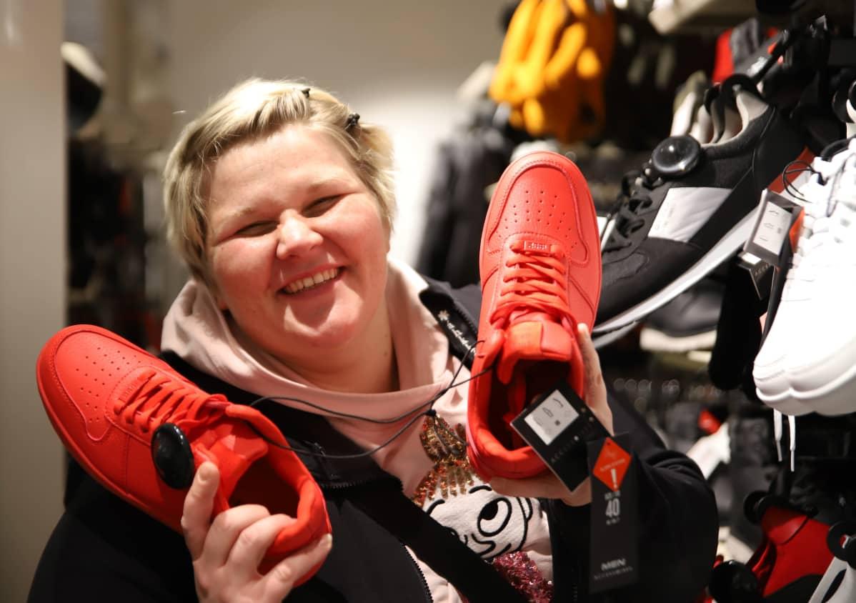 Auralainen perheenäiti Sini Lammela kiertelemässä alennusmyyntejä kenkäosastolla Black Fridayna.
