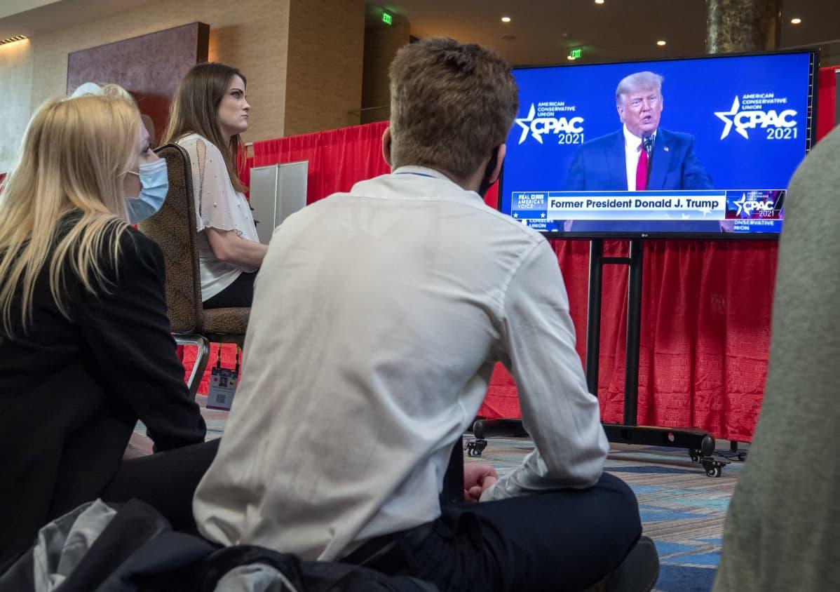 Ihmiset seurasivat tv-ruudusta, kun entinen presidentti Donald Trump esiintyi ensimmäistä kertaa virkakautensa jälkeen Floridan Orlandossa.