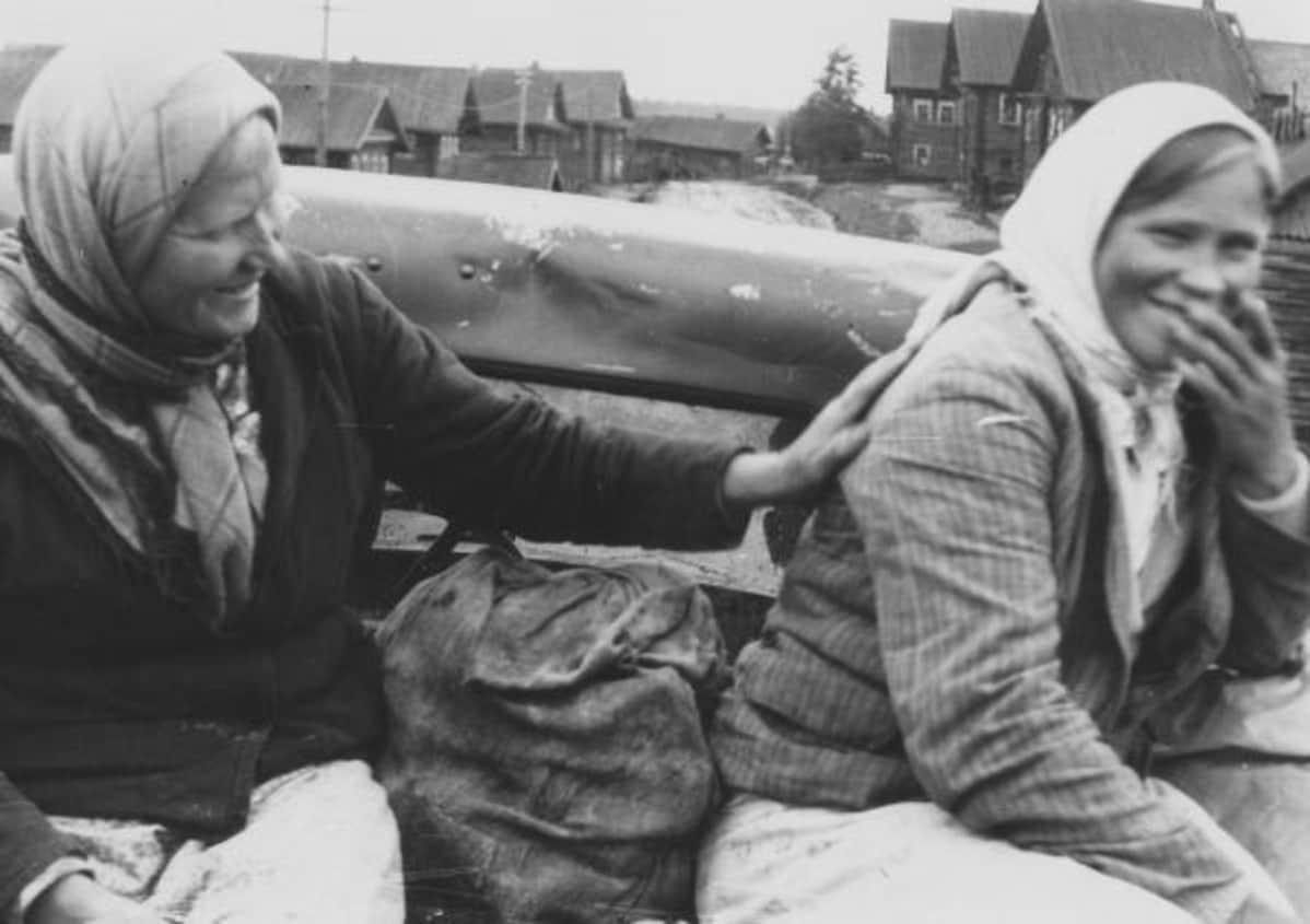 Naiset auton lavalla Aunuksessa 1943.