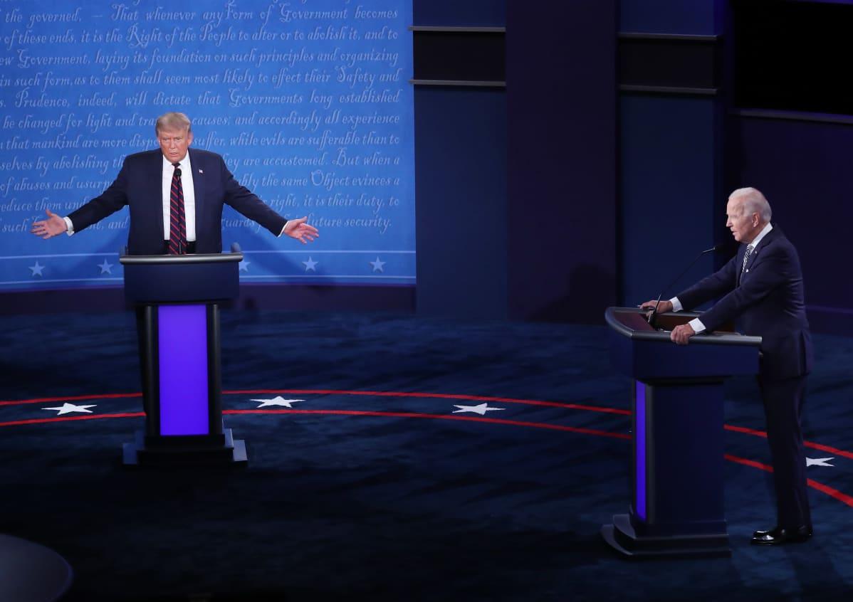 Donald Trump ja Joe Biden television vaaliväittelyssä. Trump levittää käsiään puhuessaan.