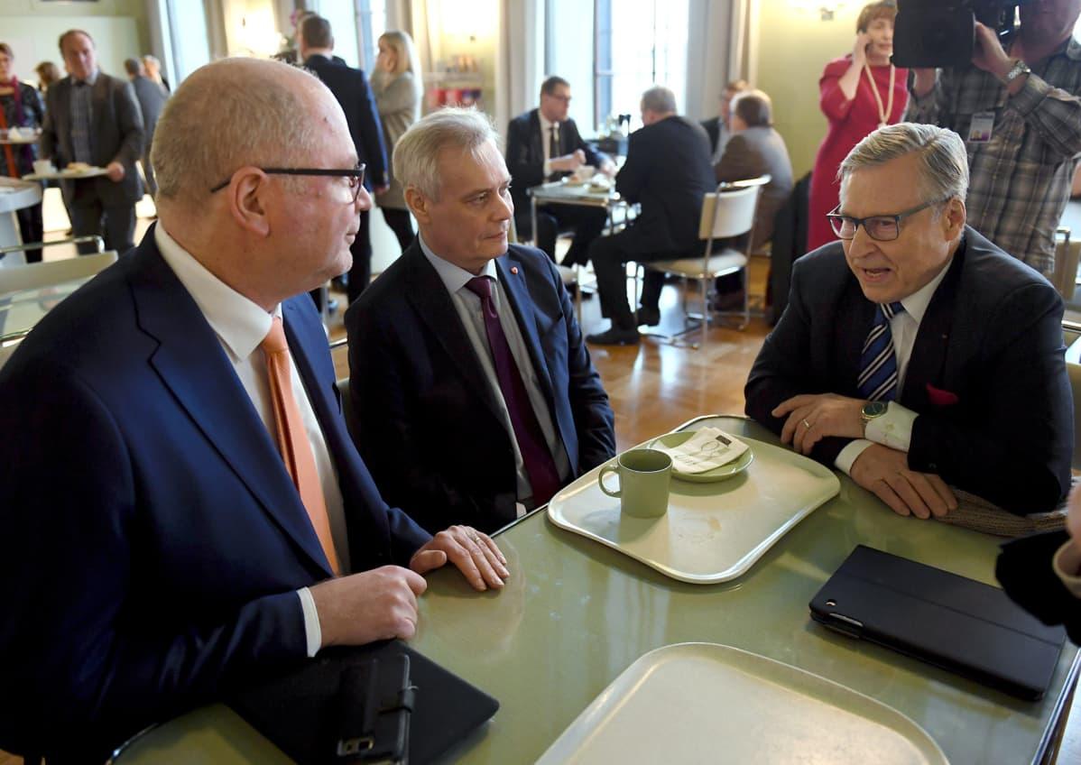 Eduskuntatyöstä luopuvat kansanedustajat SDP:n Eero Heinäluoma (vas.) ja kokoomuksen Pertti Salolainen (oik.) keskustelevat SDP:n puheenjohtajan Antti Rinteen kanssa eduskunnan kuppilassa.