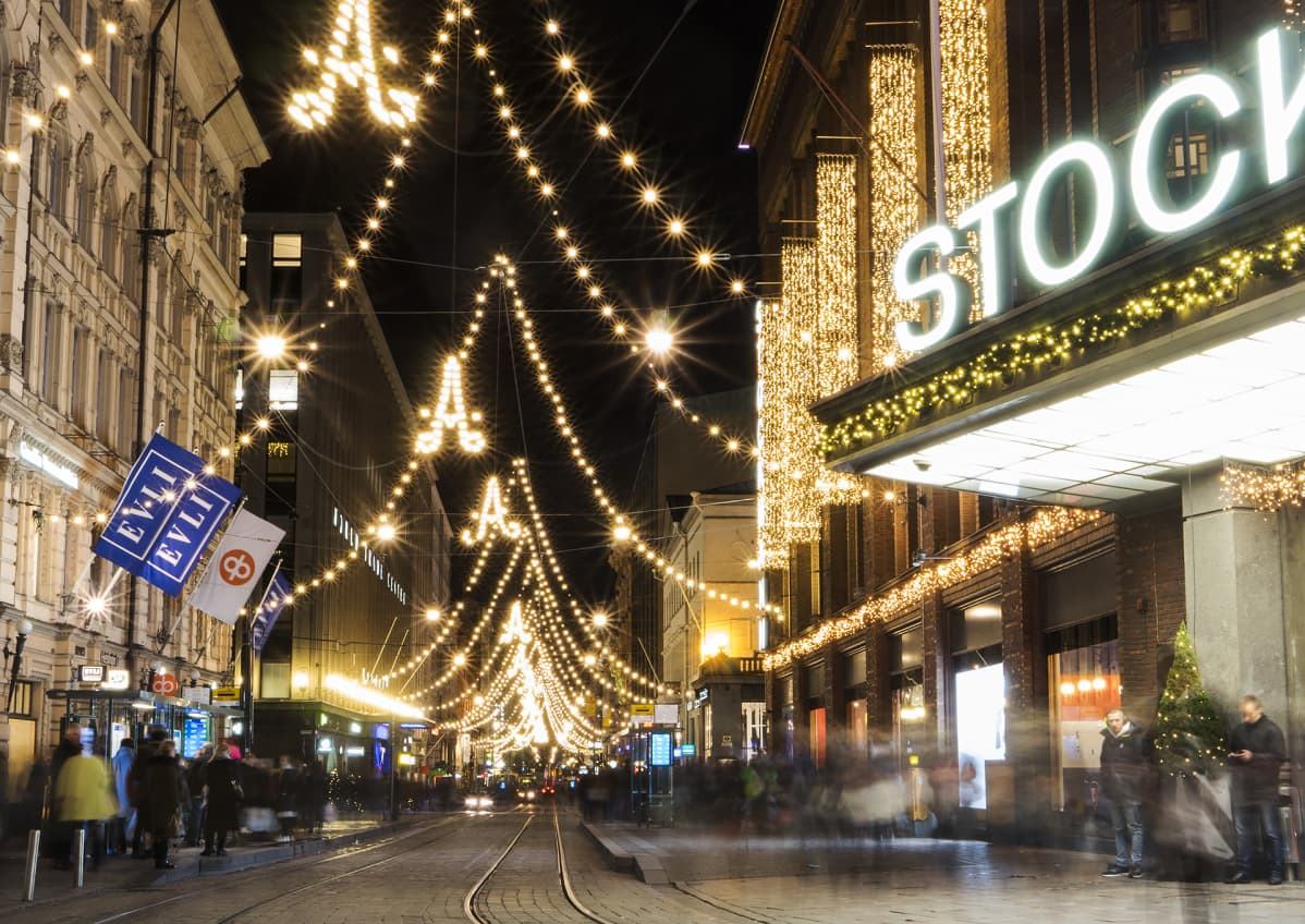 Helsingin Aleksanterinkatu jouluvaloissa.