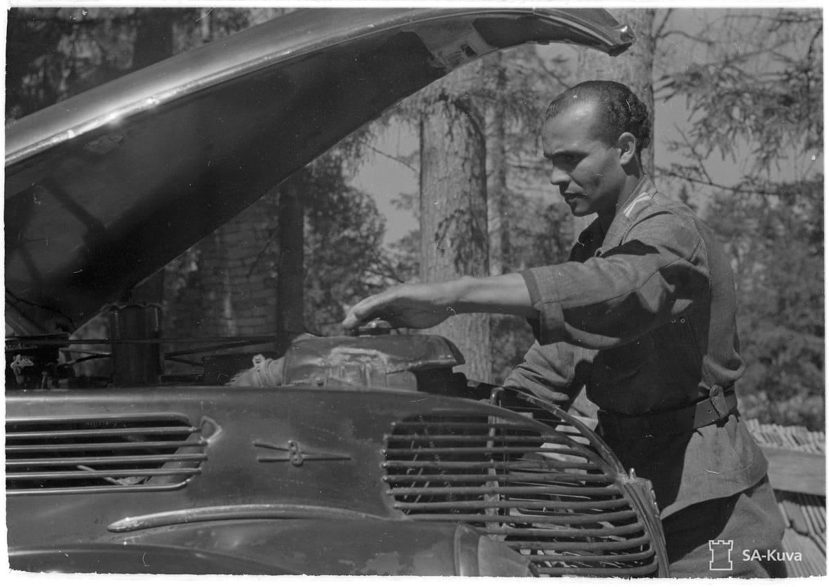 Holger Sonntag vanhassa valokuvassa ajoneuvon äärellä.