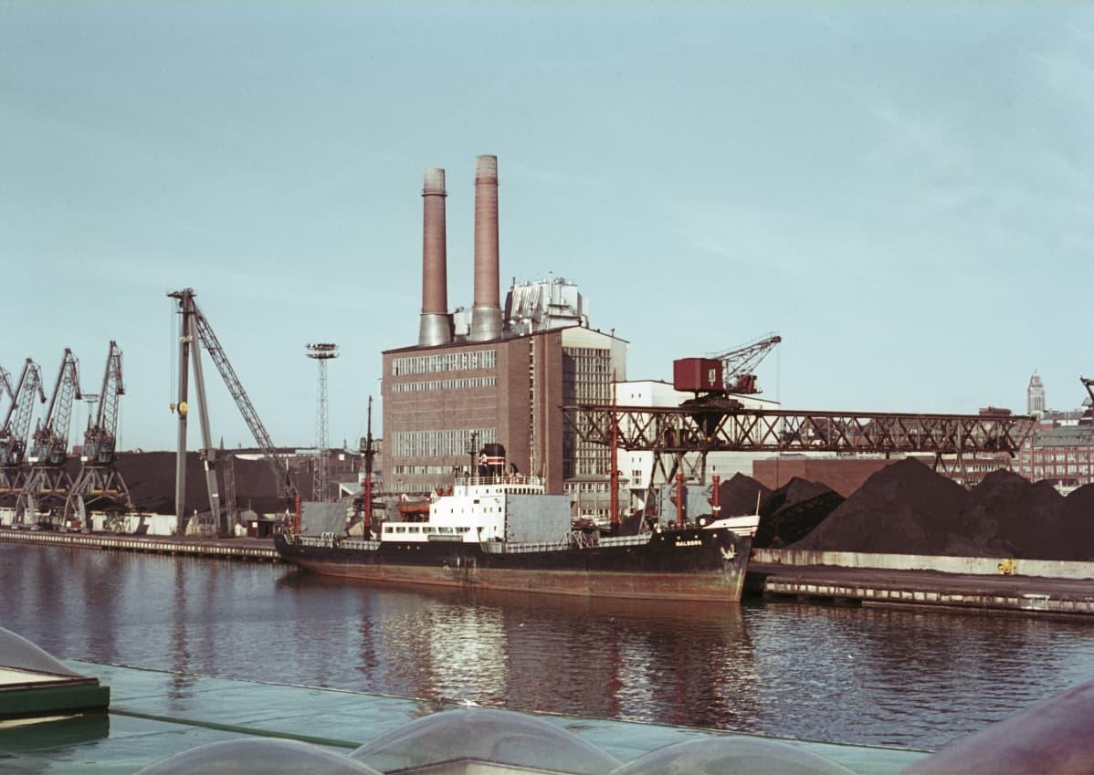 Kivihiiltä polttanut Hanasaari A voimalaitos vuonna 1966.