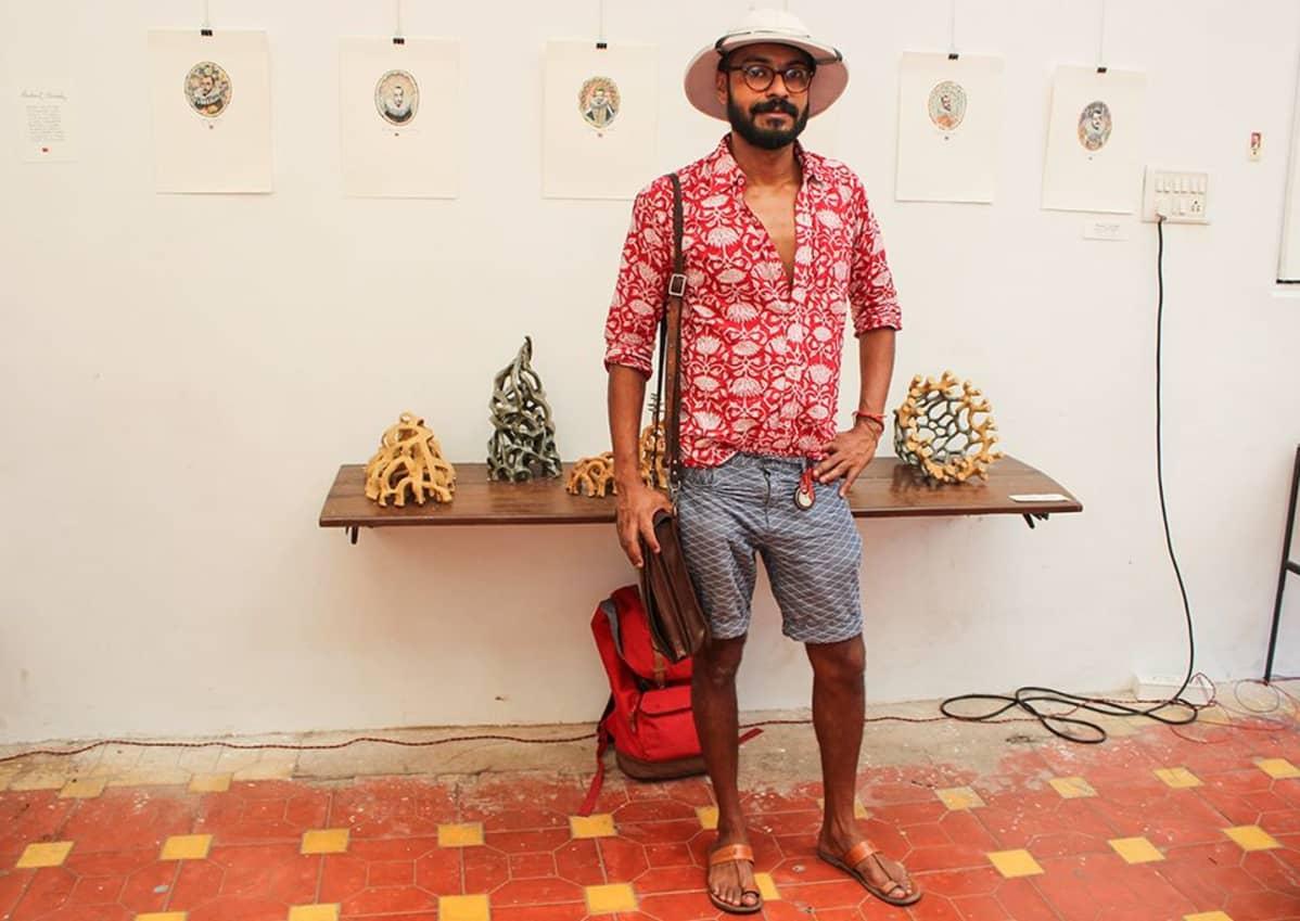 Kuvataiteilija ja animaattori Prashant Miranda on teettänyt shortsinsa ja paitansa räätälillä. Hattunsa hän osti Vietnamista.