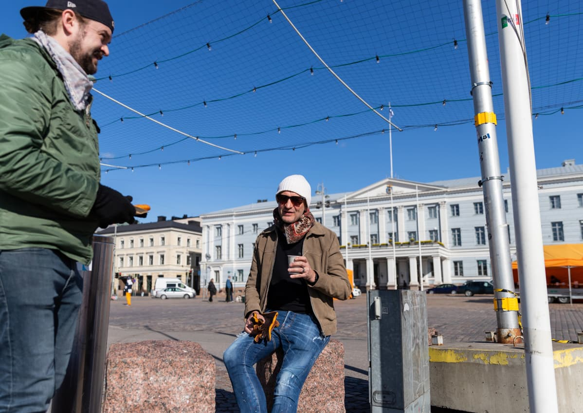 Richard Sloan ja Kim Heiniö Helsingin kauppatorilla.