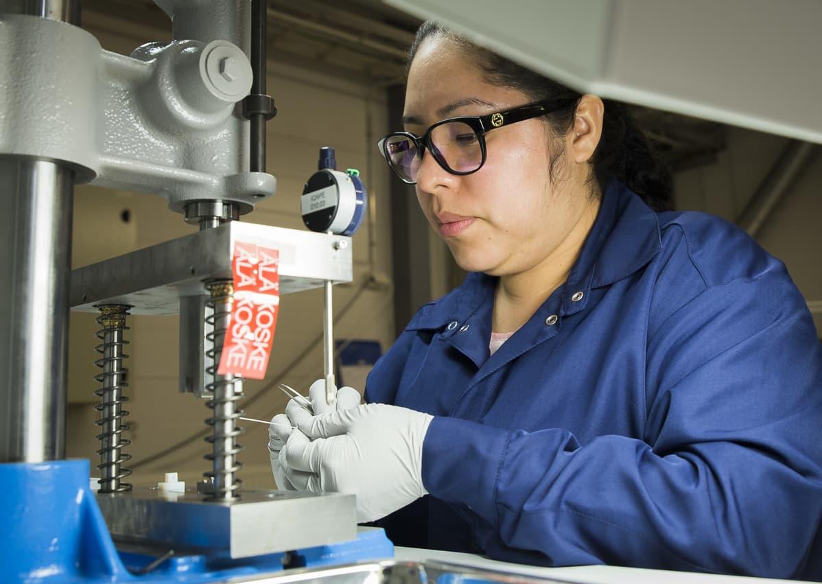 Injeqin tuotantotyöntekijä Manuela Villarreal valmistaa neuloja.