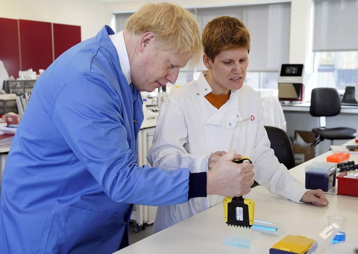 Boris Jeltsin ja tutkija laboratoriossa suojatakeissa.