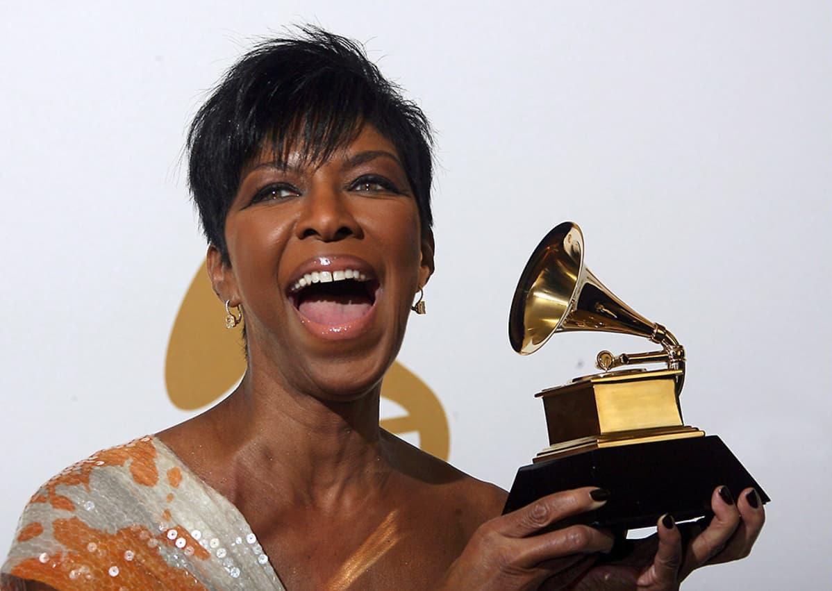 """Vuonna 2009 Natalie Cole vastaanotti Grammy-palkinnon levystään """"Still Unforgettable""""."""