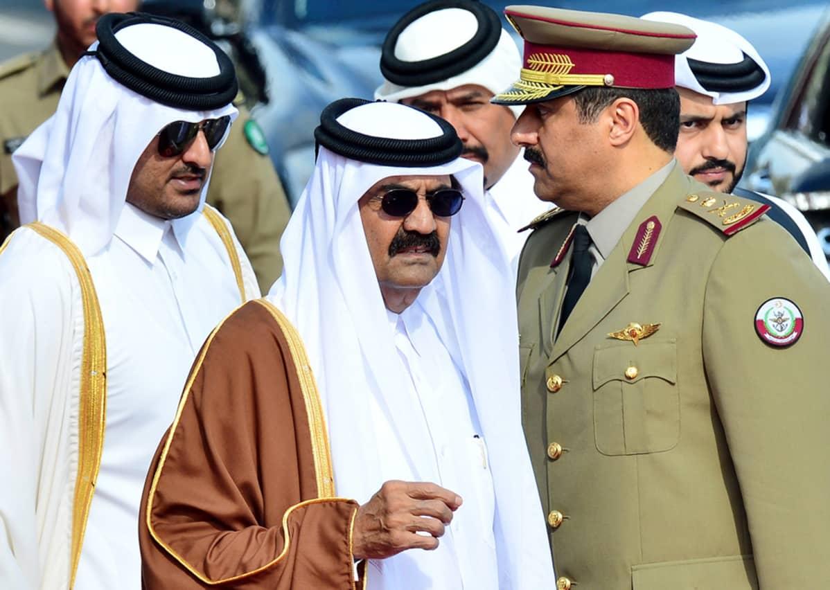 Qatarin vallasta väistyvä emiiri sheikki Hamad (kesk.) ja häntä seuraava sheikki Tamim (vas.). Kuva on joulukuulta 2012.
