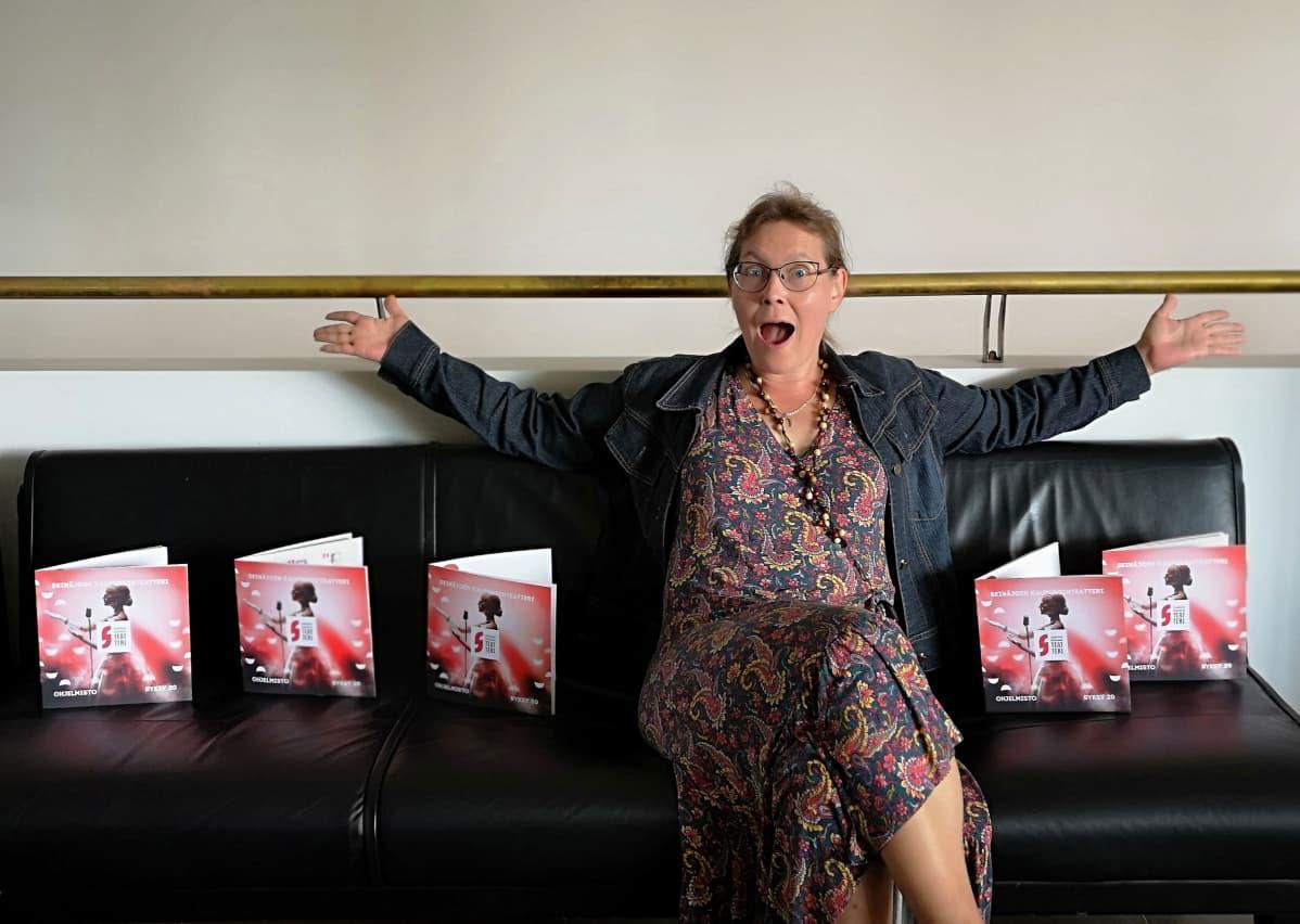 Jelena Jokelin-Muilu sohvalla