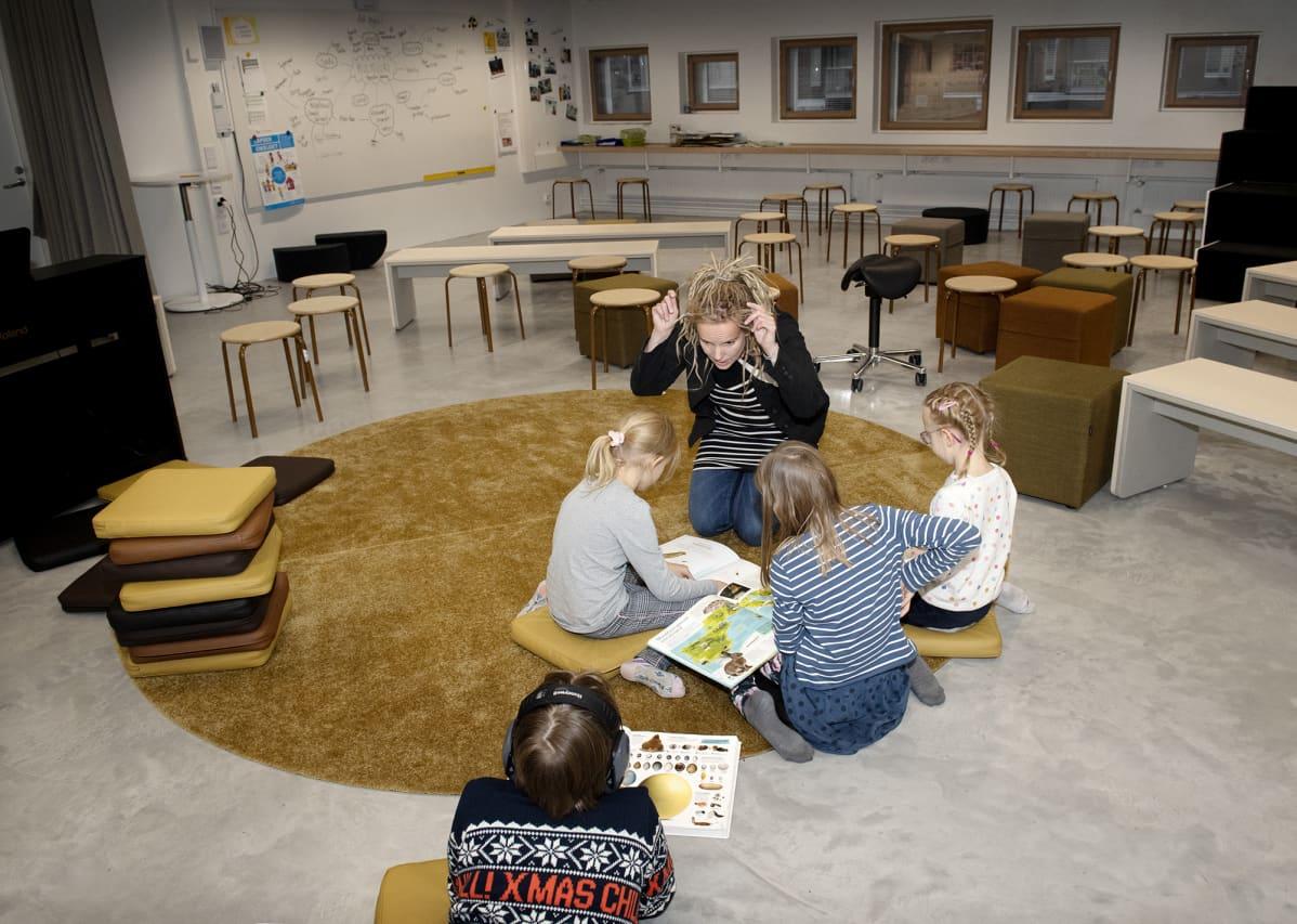 Anne Salovesi opettaa lapsia Jätkäsaaren peruskoulussa.