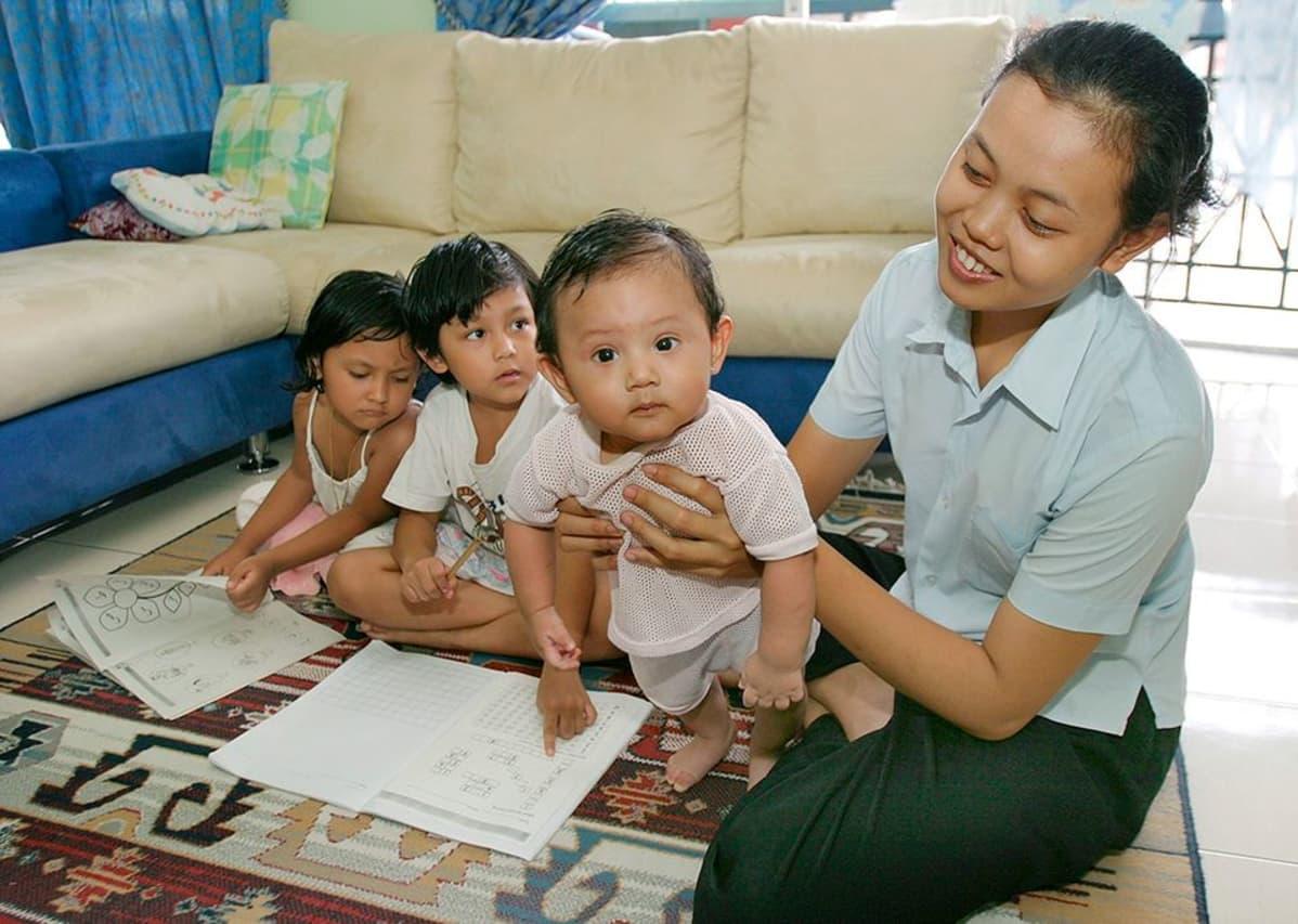 Indonesialainen kotiapulainen työssään Kuala Lumpurissa.