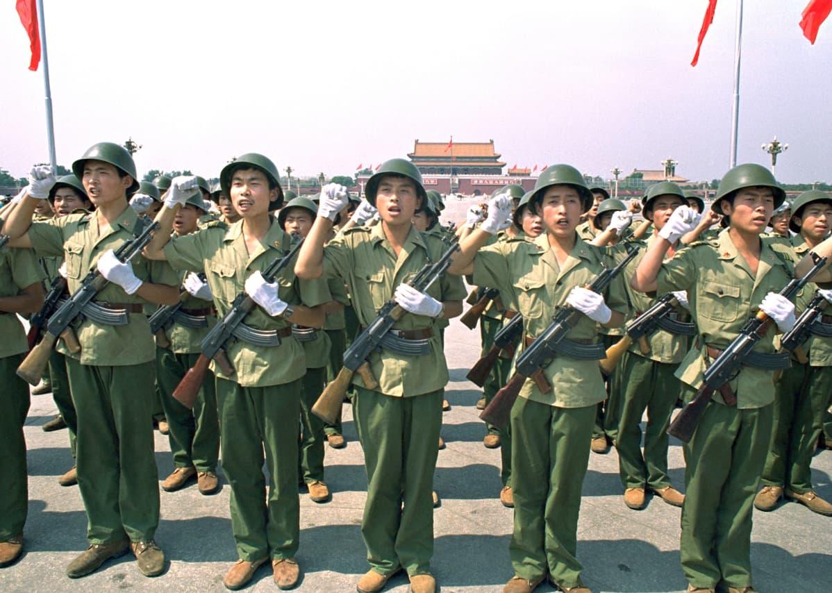Sotilaat vannovat valan Tiananmenin aukiolla  2. heinäkuuta 1989.