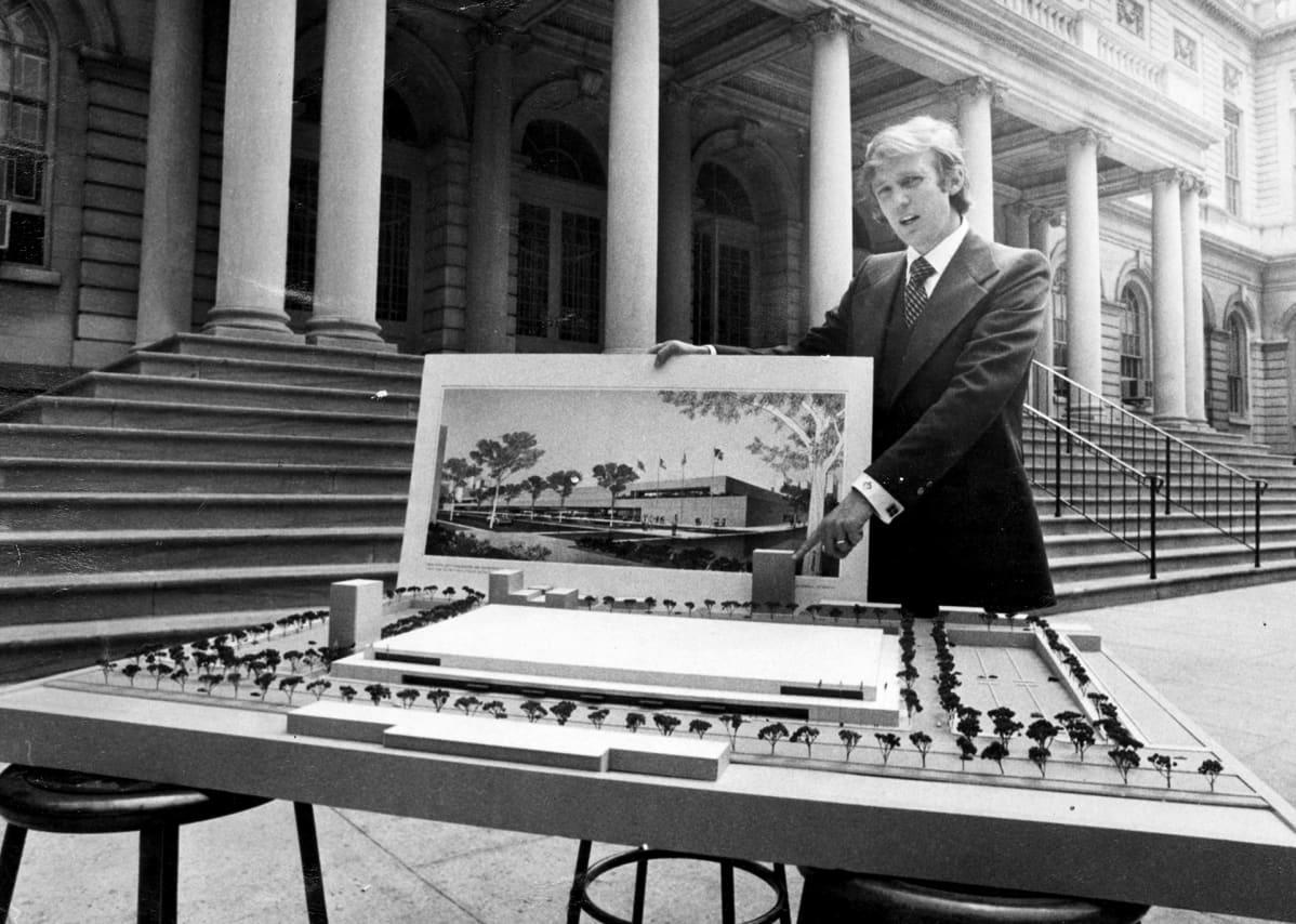 Trump esittelee 34th Street Convention Center -suunnitelmaa vuonna 1977.