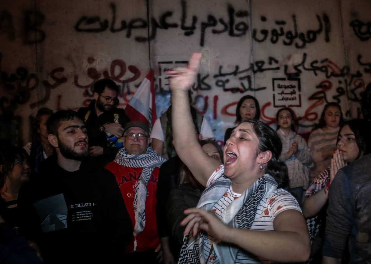 Mielenosoittajia torstaina Beirutissa, keskuspankin ulkopuolella. Poliittiset protestit ovat jatkuneet viime lokakuusta lähtien.