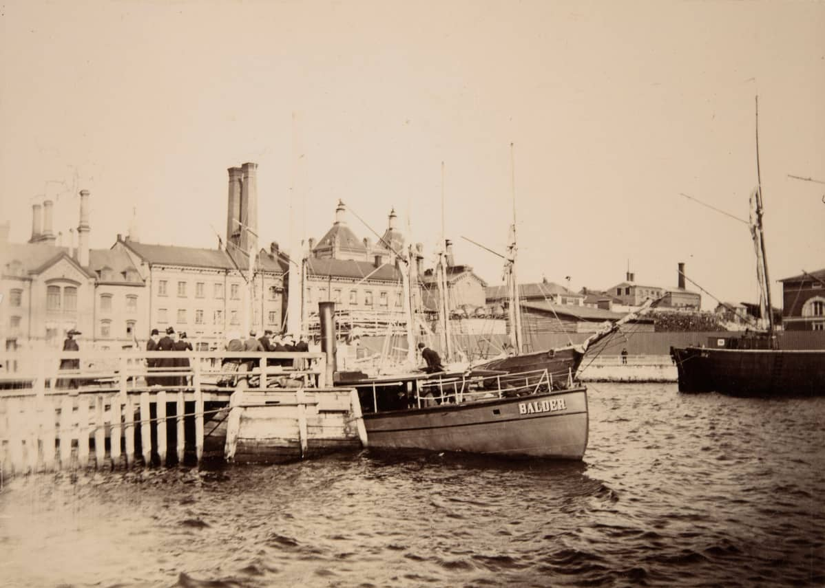 Balder-niminen laiva Hietalahdenrannassa. Taustalla Sinebrychoffin panimon rakennuksia