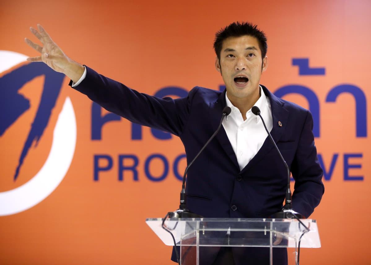 Oppositiopoliitikko Thanathorn Juangroongruangkit piti Bangkokissa viime kuussa tiedotustilaisuuden sen jälkeen, kun hallitus nosti häntä vastaan syytteet majesteettirikoksesta.