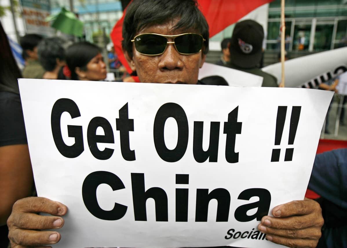 Filippiiniläisten mielenosoitus Kiinan edustuston luona