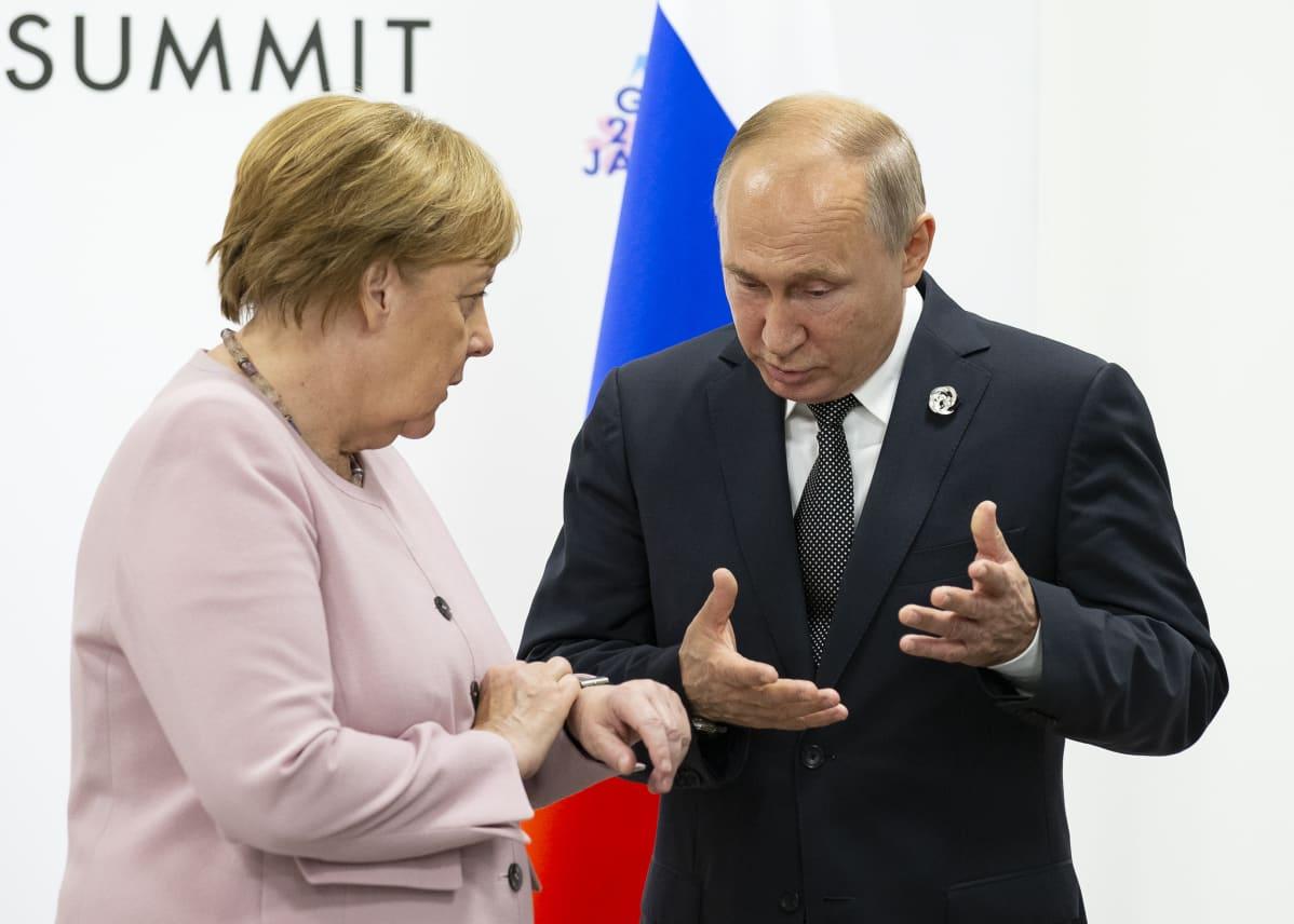 Saksan liittokansleri Angela Merkel ja Venäjän presidentti Vladimir Putin Osakan G20-huippukokouksessa viime kesäkuussa.