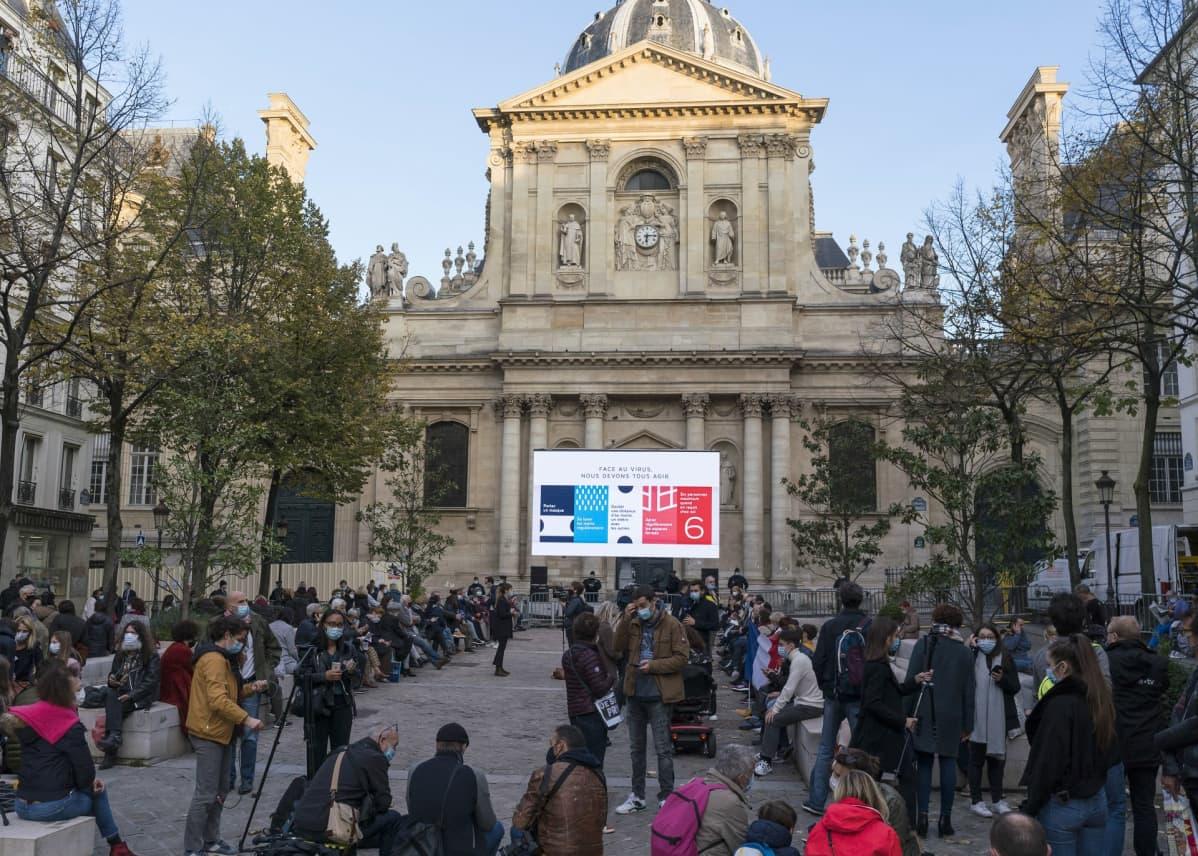 Yleisöä Sorbonnen yliopiston edustalla.