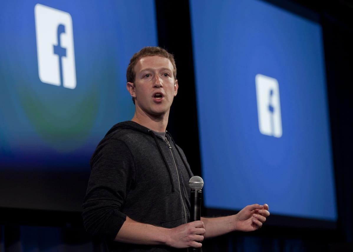 Mark Zuckerberg mikrofoni kädessä.