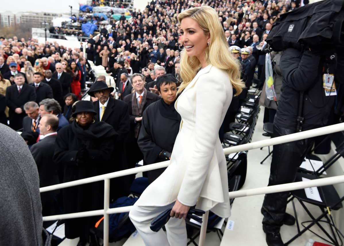 Ivanka Trump kävelee suuren yleisöjoukon ohi.