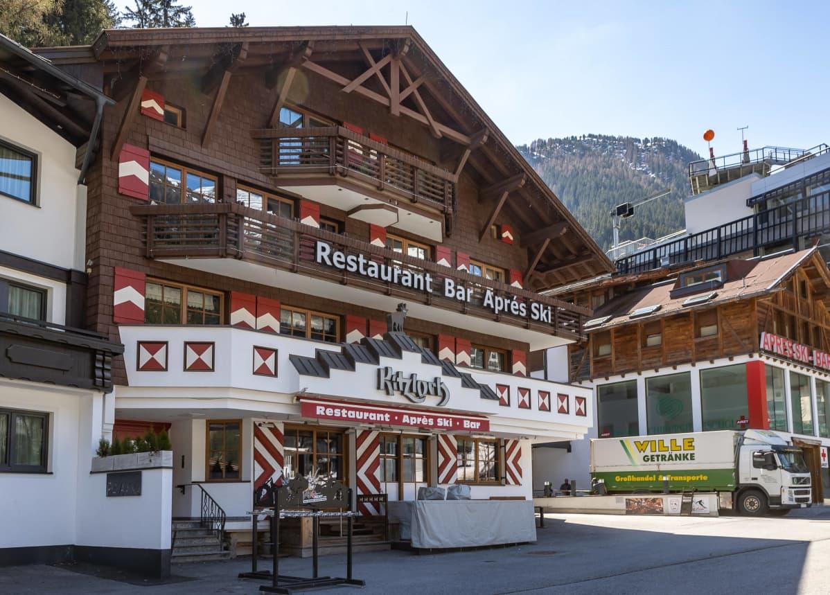 Alppityyliin rakennettu ravintola pitkine parvekkeineen Ischglin kylässä.
