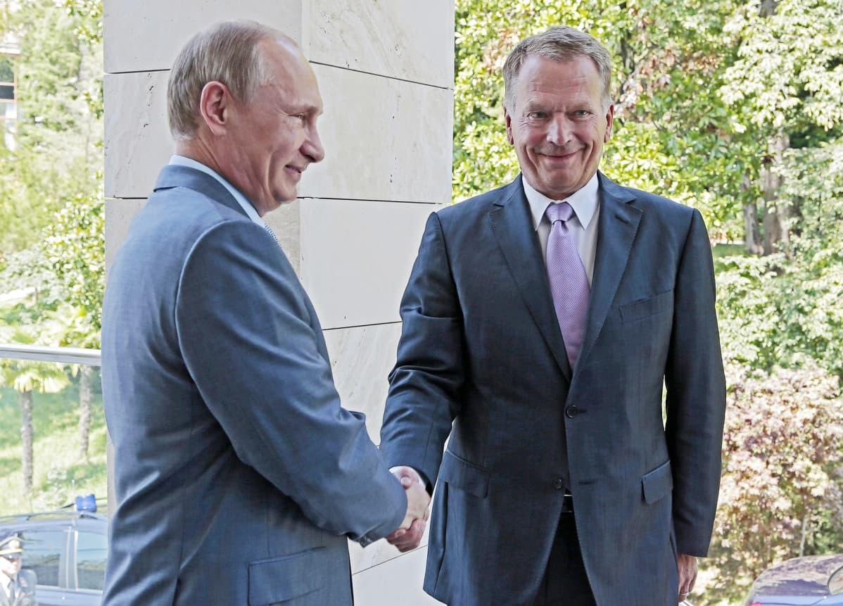 Vladimir Putin ja Sauli Niinistö kättelevät.