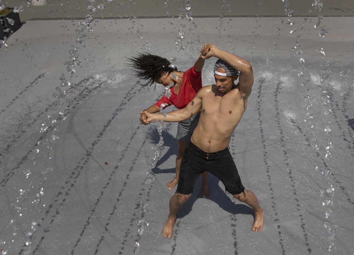 Julissa Hernandez ja Kuna Malik Hamad harjoittelivat brasilialaistansseja suihkulähteellä Washington DC:ssä 18. heinäkuuta.